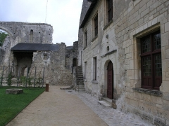 Ancien prieuré de Saint-Cosme - Deutsch: Innenhof des Monuments Prieuré de Saint-Cosme, rechts das Haus des Ronsard mit Dokumentation seines Lebens