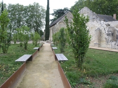 Ancien prieuré de Saint-Cosme - Deutsch: Garten der Prieuré, Metallstreifen kennzeichnen die Grundmauern des ehemaligen Klosters