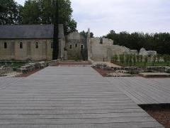 Ancien prieuré de Saint-Cosme - Deutsch: Bei der Neuanlage des Gartens 2015 wurde versucht, die Grundmauern und die Lage des ehemaligen Klosters wieder sichtbar zu machen