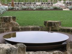 Ancien prieuré de Saint-Cosme - Deutsch: Wasserschale im Garten der ehemaligen Klosteranlage Prieuré de Saint-Cosme