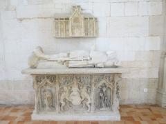Maison du 16e siècle - Français:   Gisant du XVe siècle de Nicolas d\'Estouteville, seigneur de Valmont, fondateur de l\'abbaye de Valmont en 1169.