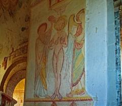 Eglise Saint-Genest - Lavardin (Loir-et-Cher)  Eglise Saint-Genest.  Fresque du XIIème siècle représentant le baptême du Christ.  Oeuvre magistrale réalisée à fresco sur un fond de lait de chaux.  Au centre, le Christ, dans les flots du Jourdain, est baptisé par Jean. L\'ange lui tend un linge s\'essuyer. Le Saint Esprit complète la scène.  C\'est une des plus belles fresques de l\'église de Lavardin.     L'auteur du Baptême du Christ montre une recherche de la lumière interne à l'image, une opposition entre le corps presque dessiné et les à plats des vêtements, un goût marqué pour une palette contrastée, composée de couleurs fortes et de couleurs tendres.