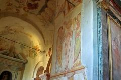 Eglise Saint-Genest - Lavardin (Loir-et-Cher)  Eglise Saint-Genest. Latéral gauche (nord)  Fresque du XIIème siècle représentant le baptême du Christ.  Oeuvre magistrale réalisée à fresco sur un fond de lait de chaux.  Au centre, le Christ, dans les flots du Jourdain, est baptisé par Jean. L\'ange lui tend un linge s\'essuyer. Le Saint Esprit complète la scène.  C\'est une des plus belles fresques de l\'église de Lavardin.     L'auteur du Baptême du Christ montre une recherche de la lumière interne à l'image, une opposition entre le corps presque dessiné et les à plats des vêtements, un goût marqué pour une palette contrastée, composée de couleurs fortes et de couleurs tendres.