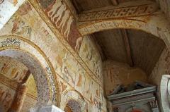 Eglise Saint-Genest - Lavardin (Loir-et-Cher)  Eglise Saint-Genest.  Latéral droit (sud).  Fresques romanes: Juste au dessus de la première arcade: les damnés sont conduits en enfer par deux diables. Au dessus :un ange jouant de la vièle à archet accompagne les élus au paradis. A droite en haut: Saint Pierre attend les élus à la porte du paradis.