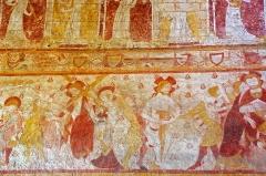 Eglise Saint-Genest - Lavardin (Loir-et-Cher)  Eglise Saint-Genest.    A la voûte du choeur, le Paradis est représenté sous forme de rectangles rouge et jaune, occupés alternativement par des saints et des anges musiciens.  En dessous,  les scènes de la Passion sont à lire de droite à gauche: le Baiser de Judas au Christ entouré de soldats; la Flagellation; le Portement de croix; la Crucifixion.
