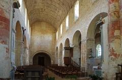 Eglise Saint-Genest - Lavardin (Loir-et-Cher)  Eglise Saint-Genest.  Début de construction probablement vers la moitié du XIe siècle.  La nef à bas-côtés couverte d\'une voûte lambrissée. Les bas-côtés présentent des arcs-diaphragmes* reliant les piliers aux murs latéraux. Les grandes arcades en plein cintre* reposent sur des piles carrées ornées d\'un simple imposte* à décor de rinceaux* feuillagés ou d\'animaux fantastiques. (Notice office du tourisme)  Un arc-diaphragme supporte un diaphragme, c'est-à-dire un pan de mur plein et dégagé divisant une voûte ou un plafond. Plein cintre = en demi cercle. Imposte: Pierre dure, en saillie, qui fait la liaison entre l\'arc et le pilier carré. L\'imposte est à la pile ce que le chapiteau est à la colonne. Rinceau: ornement de sculpture, souvent une arabesque de feuillage, de fleurs, etc...