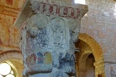 Eglise Saint-Genest - Lavardin (Loir-et-Cher)  Eglise Saint-Genest. Chapiteau.  Une vierge à l\'enfant, probablement l\'une des plus ancienne de l\'art roman.  Les chapiteaux étaient peints.