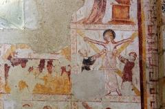 Eglise Saint-Genest - Lavardin (Loir-et-Cher)  Eglise Saint-Genest.  Probablement Sainte-Agathe (IIIe siècle).  Elle fut martyrisée à Catane, sous l'empereur Dèce.  Née dans une famille noble, Agathe était d\'une grande beauté mais chrétienne.  Quintianus, consul et gouverneur de Catane en Sicile (vers 250) mais homme de basse extraction, souhaitait l\'épouser. Agathe ayant refusé ses avances, Quintianus l\'envoya dans un lupanar tenu par une certaine Aphrodisia qu\'il chargea de lui faire accepter ce mariage et de renoncer à son dieu.  Aphrodisia employa tout son art pour la faire changer d\'avis, mais après un mois de vaines tentatives, elle s'en fut trouver le préfet pour lui annoncer l'inutilité de ses efforts. Aphrodisia ayant échoué, Quintianus fit condamner Agathe par un juge qui la fit jeter en prison et la fit torturer.  On lui arracha les seins à l\'aide de tenailles, mais elle fut guérie de ses blessures par l\'apôtre Pierre qui la visita en prison.  Le juge, la voyant saine et sauve, fut rempli d'étonnement; sa rage n'en devint que plus grande. Par son ordre, on roula Agathe sur des têts de pots cassés et sur des charbons, en même temps que l'on perçait son corps de pointes.  Les tortures finirent par lui faire perdre la vie. Sa mort fut accompagnée d\'un tremblement de terre qui ébranla toute la ville.  Un an après sa mort, l\'Etna entra en éruption. Les habitants s\'emparèrent du voile qui recouvrait le tombeau d\'Agathe et le placèrent devant la lave qui s\'arrêta aussitôt, épargnant ainsi la ville.  Depuis, on invoque la Sainte pour se protéger des tremblements de terre, des éruptions volcaniques ou des incendies.  Une litanie du XIII° siècle disait: \