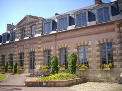Ancien château - Communs nord du château de Belleagarde (Loiret, France): l'hôtel de ville