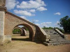 Ancien château - Donjon de Bellegarde (Loiret, France): escaliers de la façade méridionale