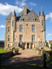 Ancien château - Donjon de Bellegarde (Loiret, France): façade méridionale