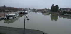 Pont-canal sur la Loire (également sur commune de Saint-Firmin-sur-Loire) - Briare, Loiret, France. Extrémité du canal latéral à la Loire, avant le pont-canal de Briare. Vue vers le nord-est.