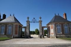 Château de la Bussière, actuellement musée de la Pêche - Deutsch: Schloss La Bussière, Eingangspavillons