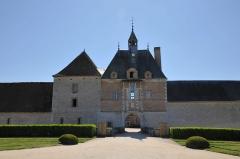 Château de la Bussière, actuellement musée de la Pêche - Deutsch: Schloss La Bussière, Torturm der Vorburg (Uhrenpavillon)