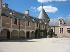 Château de Chamerolles - English: Courtyard of the Château de Chamerolles