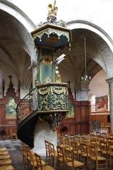 Eglise Saint-Etienne - Jargeau - Eglise St Etienne.  La chaire hexagonale suspendue en fer forgé et tôle repoussée. Style rocaille.L\'oeuvre est signée du ferronnier Perdoux et date de 1755.  Elle porte l\'inscription: «Fait par les soins de Messire I.F. Dubourg, chanoine curé, I. Juteau, P. Tondu Gaziers, P. Perdoux m\'a fait».  Elle est dotée d\'un escalier tournant avec portillon. Les marches, le dorsal et l'abat-voix sont en bois.  La chaire est classée monument historique depuis le 16 mai 1911, elle a été restaurée entre 1951 et 1972.    Jargeau - Church St Etienne.  The hexagonal pulpit hanging, wrought iron and sheet rejected. Rococo style. The piece is signed by the ironworker Perdoux and date of 1755.  It bears the inscription: \