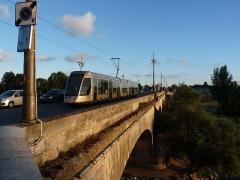 Pont George V - Nederlands: De tram van Orléans in het avondlicht op de brug