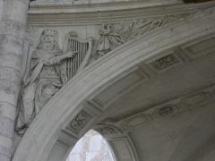 Eglise abbatiale Saint-Benoît - Français:   Église abbatiale Saint-Benoît de Saint-Benoît-sur-Loire (Loiret, France): relief du roi David ornant la tribune de l\'orgue.