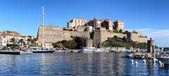 Remparts de la citadelle et Tour du Sel -  Calvi, Balagne (Haute-Corse) - Panorama de la citadelle depuis la station d'avitaillement du port de plaisance. À quai, le trois-mâts goélette polonais Pogoria.