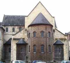 Ancienne abbaye Notre-Dame - English: East end of the abbey church Notre-Dame in Bernay, departement Eure, Haute-Normandie, France, with three apses arranged with the stepped profile of the echelon plan. The church was built in the 11th century.