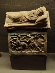 Evêché et ses dépendances - Urne cinéraire étrusque ( le couvercle vient d'une autre pièce), 7ème - 6ème siècle - JC. Musée d'Evreux.