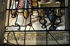 Eglise - Deutsch:   Katholische Kirche Saint-Hilaire in Tillières-sur-Avre im Département Eure (Region Normandie/Frankreich), Bleiglasfenster mit der Signatur: DUHAMEL-MARETTE PEINTRE-VERRIER EVREUX und der Jahreszahl 1898 (Ausschnitt); Darstellung: Letztes Abendmahl (oben), Mannaregen (unten links), Opfer des Melchisedech (unten rechts)