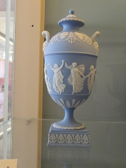 Musée national Adrien Dubouché et Ecole des Arts Décoratifs -  limoges_porcelain_museum_adrien_dubouche_wedgwood_stoke_on_trent_vase_urn_1867