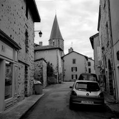 Eglise Saint-Julien - Français:   Une rue de Rochechouart en direction de l\'Église Saint-Sauveur