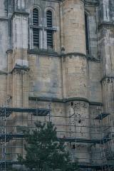 Eglise Notre-Dame - La façade orientale du clocher avec la tour d'escalier et ses meurtrières.