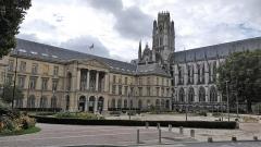 Hôtel de ville -  L'hôtel de ville s'installe le 30 mai 1800 dans l'ancienne abbaye Saint-Ouen, désaffectée depuis novembre 1790.