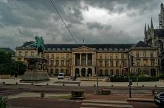 Hôtel de ville - English: Rouen - Place du Général de Gaulle - View East on Equestrian Statue of Napoléon 1865 & Hotel de Ville 1800 (Former Benedictine Abbey Saint-Ouen)
