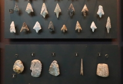 Groupe de six tumuli - English: Late Neolithic tools. Tools of the late Neolithic. 1: series of arrowheads with pedunculated fins; 2: small tool sheath made of deer antler; 3: bone punch; 6: scraper; 7: trapezoidal frame with transverse edge; 8: leafy frame. Tumulus du Montabout, commune de Pamproux, Deux-Sèvres. This tumulus would have contained about fifty bodies, deposited on two layers separated by a tiling. Collection Souché 1878. Musée des Tumulus de Bougon