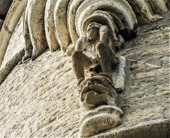 Château (ensemble du) - Français:   Statue du Mâdge-Fâ, sous la tour du même nom du château de Belvoir. Doubs