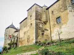 Château (ensemble du) - Français:   Muraille sud et tour Mâdge-Fâ du château de Belvoir. Doubs