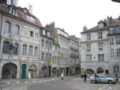 Maison natale de Victor Hugo -  Place Victor Hugo à Besançon - Place ou est né Victor Hugo ( 2 fenêtres bleue au 1er étages bâtiment de gauche ) - Les Frères Lumière ( 2 fenêtres à droite au 1er étage bâtiment de Droite )      Il n'y a que 2 plaques commémoratives sur les facades pour marquer l'endroit