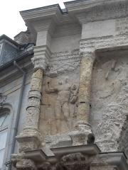 Porte Noire - Français:   Vue détaillée de la Porte Noire de Besançon: piédroit Est, étage supérieur. Dans l\'entrecolonnement, un Dioscure nu est représenté. Dans la partie supérieure de l\'entrecolonnement, un fronton tringulaire orné d\'une tête de gorgonne et de deux monstres marins.