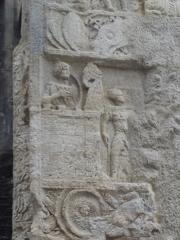 Porte Noire - Français:   Vue détaillée de la Porte Noire de Besançon: passage du piédroit Ouest. Scène représentant le roi parthe assiégé dans son palais.