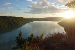 Villages palafittes du lac Chalain (également sur communes de Marigny et Doucier) - English: View on Lac de Chalain from Fontenu's viewpoint