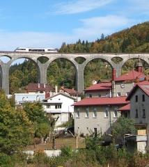 Viaduc - English: Train on a viaduc in Morez