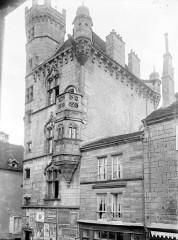 Hôtel de ville  dit tour des Echevins ou encore Maison carrée -