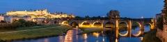 Pont-Vieux - Deutsch: Die Altstadt von Carcassonne (Cité de Carcassonne) und die alte Brücke (Vieux pont) in der Dämmerung von der neuen Brücke (Pont neuf). Aus 6 Einzelbildern zusammengesetzt, Canon EF-S 17-55mm f/2.8 IS at 33mm, 13s, f/8.0 and ISO 100. Bildwinkel 104° horizontal und 36° vertikal. Das Panorama wurde mit hugin und enblend 3 erstellt