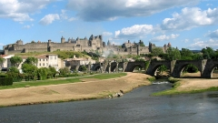 Pont-Vieux - Deutsch: Carcassonne (Aude - Frankreich), die Aude (Fluss), die Alte Brücke und die mittelalterliche Stadt.