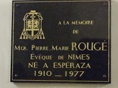 Eglise Saint-Michel - Français:   Espéraza - Église Saint-Michel - Plaque à la mémoire de Mgr Pierre Marie Rougé