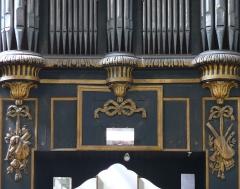 Eglise Saint-Paul, ancienne église des Cordeliers - Français:   soubassement central avec 3 nœuds Marie-Antoinette auxquels semblent suspendus des trophées d\'instruments de musique