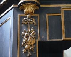 Eglise Saint-Paul, ancienne église des Cordeliers - Français:   panneau gauche du soubassement: nœud Marie-Antoinette soutenant une panoplie avec cornemuse et musette