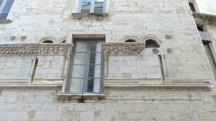 Immeuble - Français:   Nîmes (Gard, France), au cœur du quartier historique de l'Écusson, au numéro 1  de la rue de la Madeleine, immeuble dont la façade comportant des éléments de style et d\'époque romans en remploi, lui a donné son nom de \