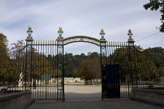 Jardin de la Fontaine - English:  Railings of the gateway. 0n the hill the Magna tower.