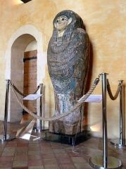 Hôtel de Piolenc, dit Maison des Chevaliers - Français:   Sarcophage de dame Kaa-Iset, Moyenne Egypte, vers 330 avant J.C. Musée d\'art sacré du gard, Pont-Saint-Esprit (Gard), France