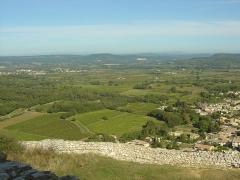 Ruines du Castellas - Français:   Vue depuis le Castellas de Saint-Victor la Coste (30290) sur le village de Saint-Paul les Fonts à gauche et la carrière de Tresques au fond un peu à droite.