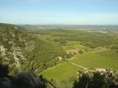 Ruines du Castellas - Français:   Vue depuis le Castellas de Saint-Victor la Coste (30290) sur le Mont Bouquet à l\'extrême-gauche au fond, ainsi que les villages de Gaujac, Connaux et Saint-Paul les Fonts.